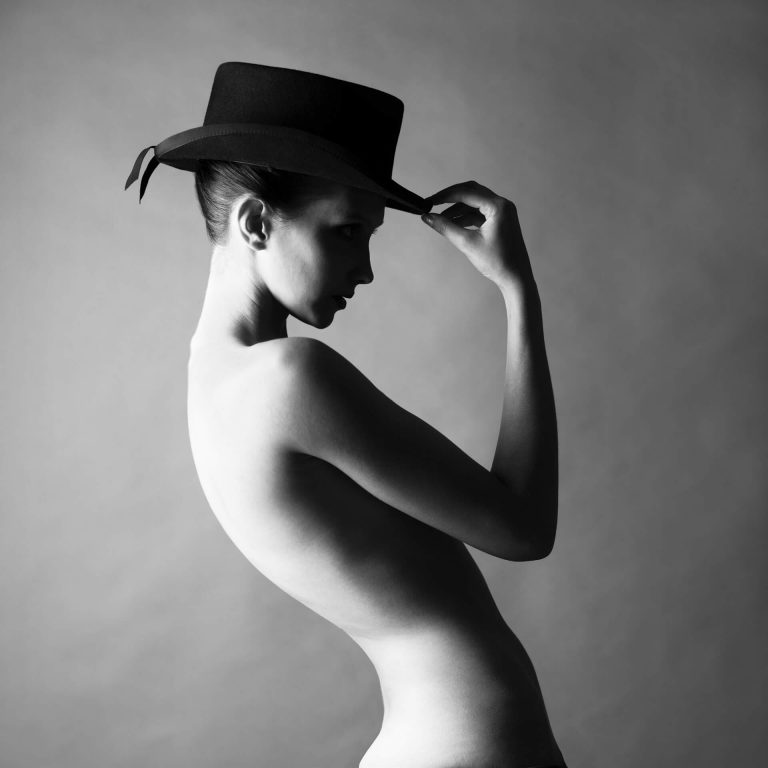 Голая в шляпе фото